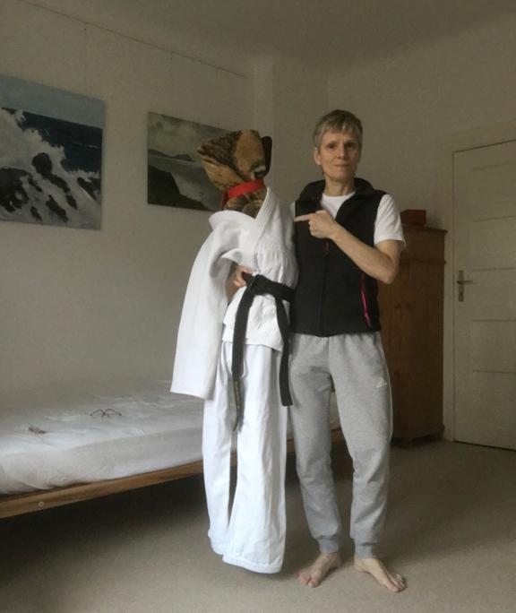 BJF voll kontaktlos: Corona-Woodoo-Judo-Puppe Tomo Dachi; Anleitung 5 - präsentiert